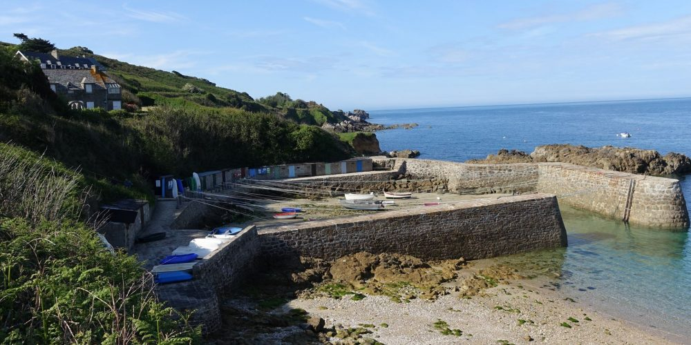 Port Racine, le plus petit de France, dans le Cotentin.